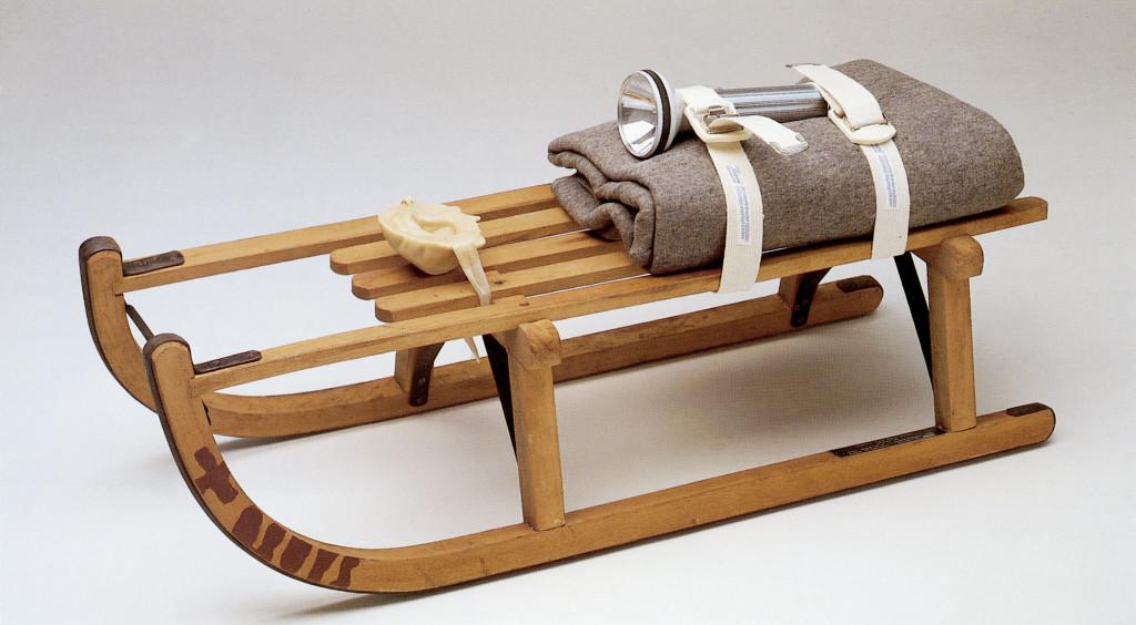 joseph-beuys-schlitten-1969-trineo-trineo-de-madera-manta-de-fieltro-cinturc3b3n-linterna-y-escultura-de-grasa-35-x-90x-35cm